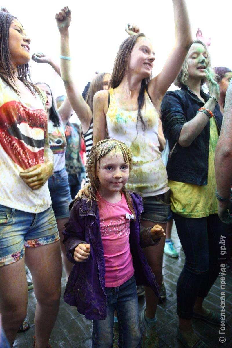 Впервые в Гомеле прошел праздник красок Холи (фото) (фото) - фото 10