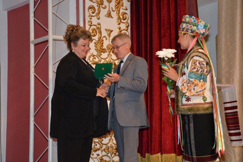 З нагоди Дня Конституції  п'яти чернівчанам вручили медаль «На славу Чернівців» (ФОТО) (фото) - фото 4