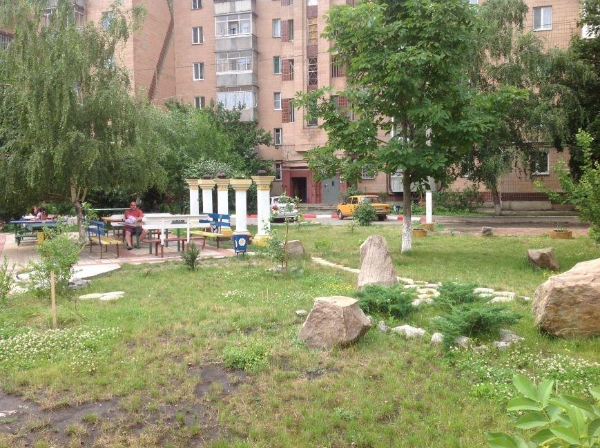 Европейский дворик рядом с высотками: харьковчанин своими силами создал современную зону отдыха, фото-1