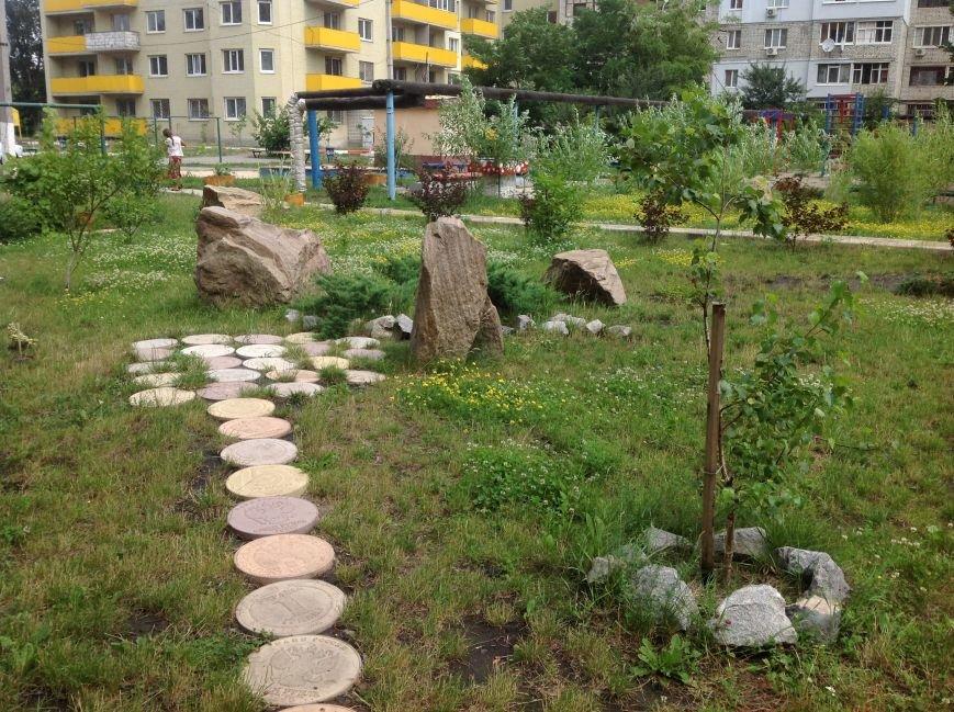 Европейский дворик рядом с высотками: харьковчанин своими силами создал современную зону отдыха, фото-13