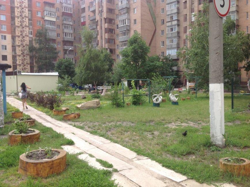 Европейский дворик рядом с высотками: харьковчанин своими силами создал современную зону отдыха, фото-10