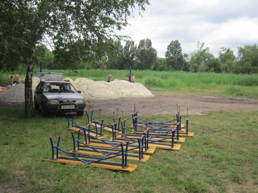 Молодым везде у нас дорога: в центральном парке Славянска обустроили площадку для пляжного волейбола и установили десять лавочек (фото) - фото 1