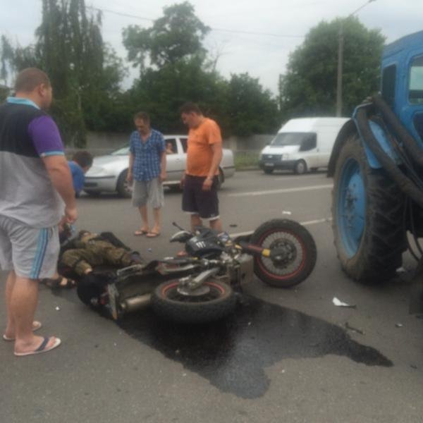 Боец «Східного Корпуса» врезался в трактор, который выехал на «встречку»: парень в реанимации (фото) - фото 1