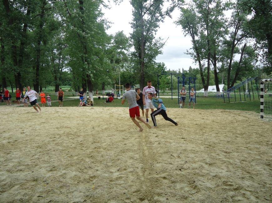 Сегодня в парке «Юбилейный» Красноармейска ловили золотую рыбку, мерялись богатырской силушкой и гоняли мяч (фото) - фото 3