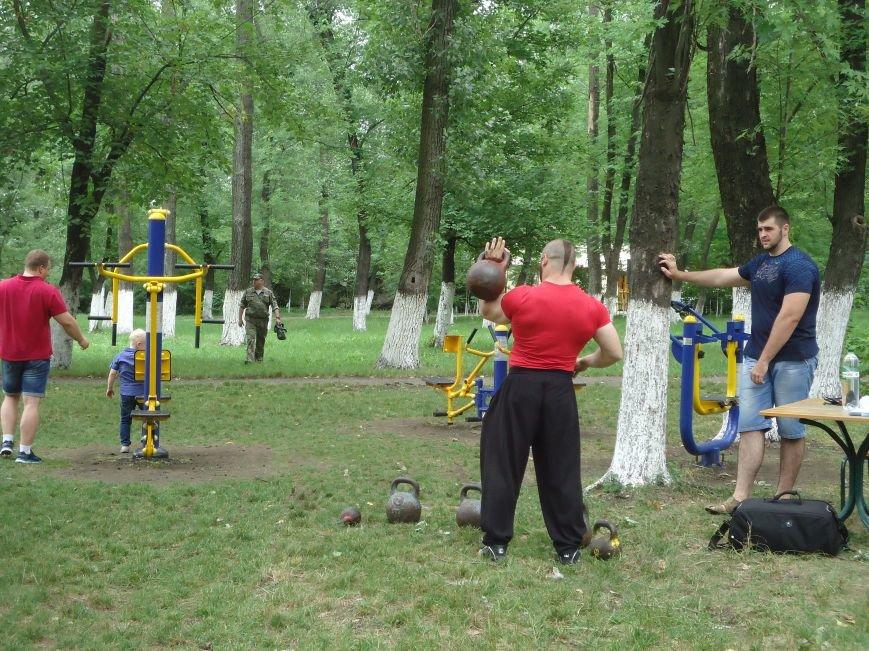 Сегодня в парке «Юбилейный» Красноармейска ловили золотую рыбку, мерялись богатырской силушкой и гоняли мяч (фото) - фото 1