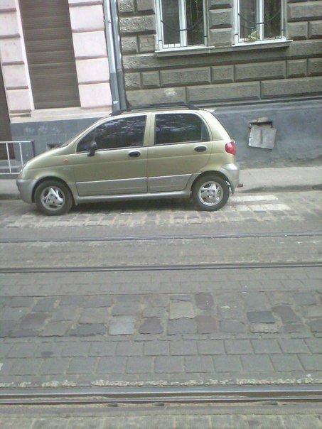 Не знав де припаркуватися: у Львові чоловік припаркував свою машину на пішохідному переході (ФОТО) (фото) - фото 1