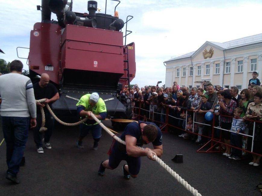 В Гомельской области рекорд по буксировке белорусского комбайна установили украинцы (фото) - фото 1