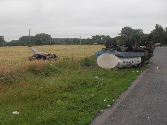 На Полтавщине столкнулись молоковоз и легковушка: погибли 2 людей (ФОТО) (фото) - фото 1