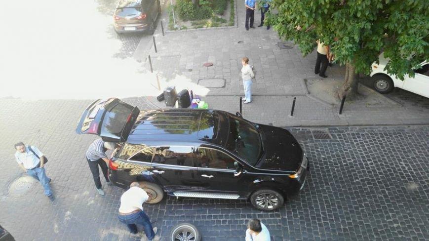 У центрі Львова не розминулись дві іномарки. Рух транспорту паралізовано, фото-1