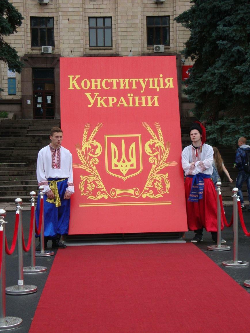 В Днепропетровске поставили самую большую Конституцию Украины (фото) - фото 1