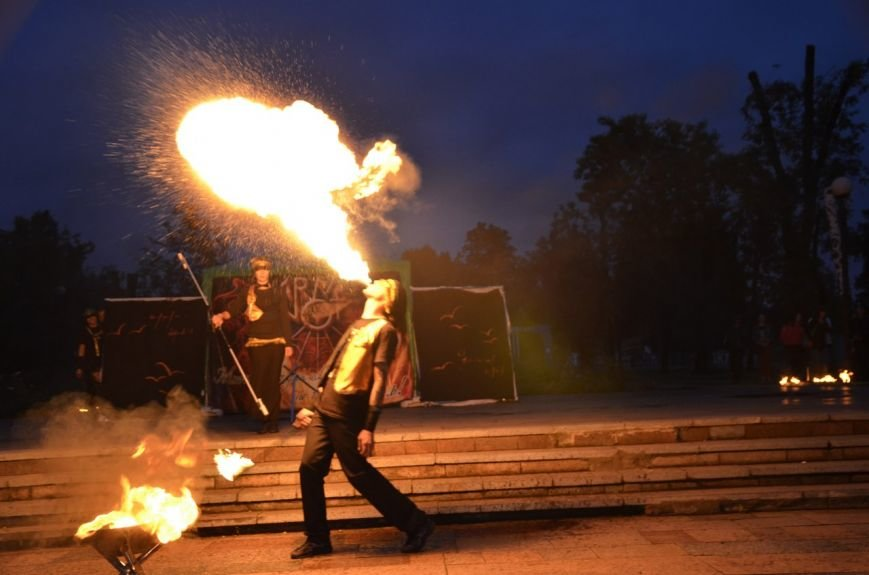 В Кривом Роге: отпраздновали День Конституции и День молодежи, провели кинофестиваль «Відкрита ніч», маршрутка столкнулась с «Таврией» (фото) - фото 2