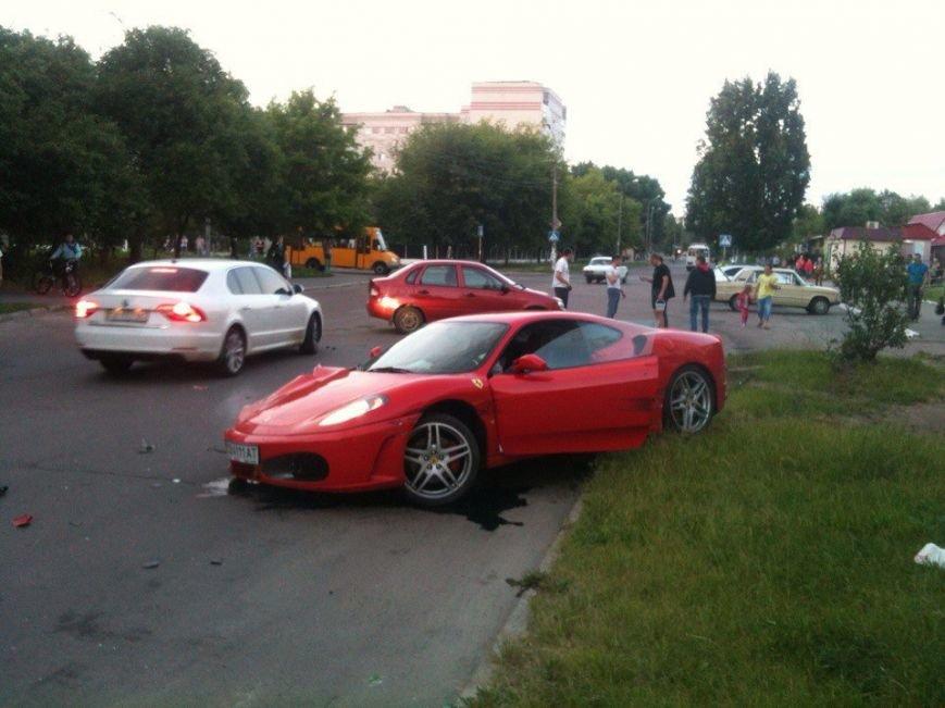 В Чернигове разбилась «Феррари» (фото) - фото 1