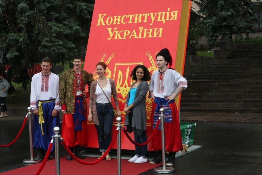 Днепропетровск под дождем установил самый большой макет Конституции, фото-1
