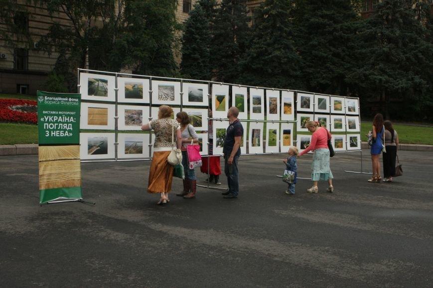 Днепропетровск под дождем установил самый большой макет Конституции, фото-2