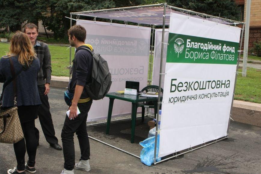 Днепропетровск под дождем установил самый большой макет Конституции, фото-3