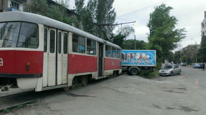 Трамвай столкнулся с грузовиком. ДТП произошло на левом берегу в Днепропетровске (ФОТО) (фото) - фото 1