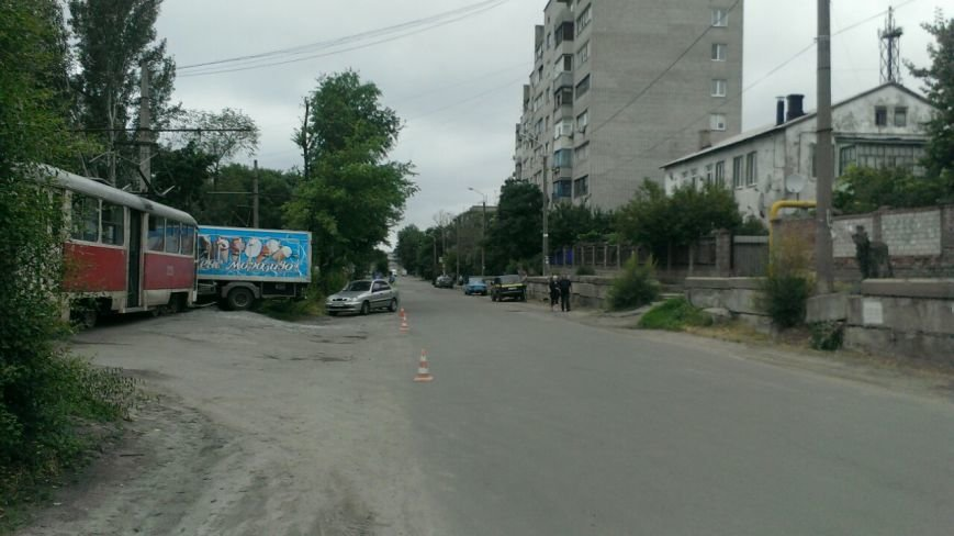 Трамвай столкнулся с грузовиком. ДТП произошло на левом берегу в Днепропетровске (ФОТО) (фото) - фото 2