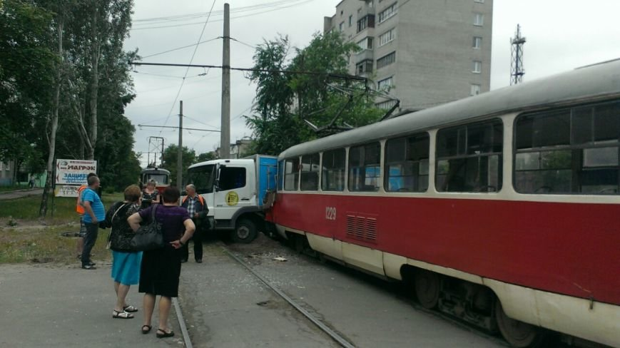 Трамвай столкнулся с грузовиком. ДТП произошло на левом берегу в Днепропетровске (ФОТО) (фото) - фото 3