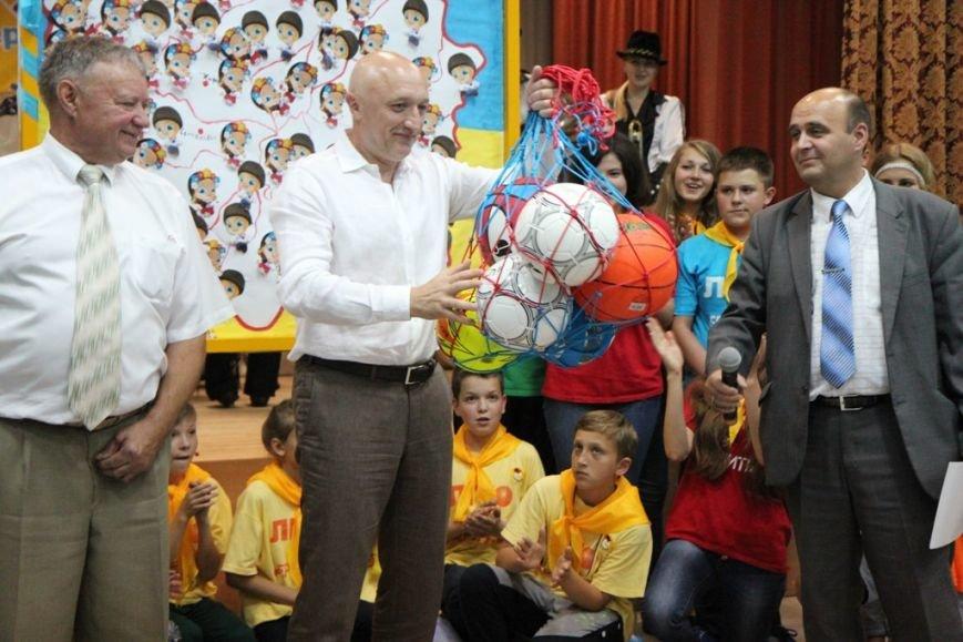 Валерій Головко дарує м'ячі