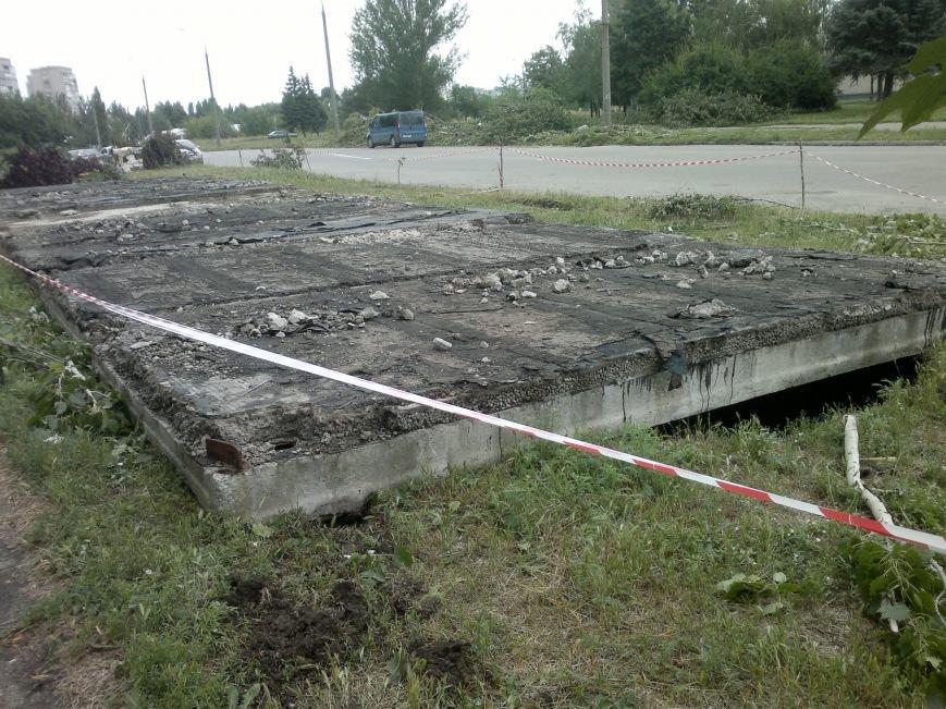 В Запорожье непогода размыла ямы возле канализаций (ФОТО) (фото) - фото 1