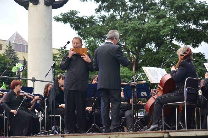 В Запорожье ко Дню Конституции под открытым небом выступил симфонический оркестр (ФОТО), фото-17