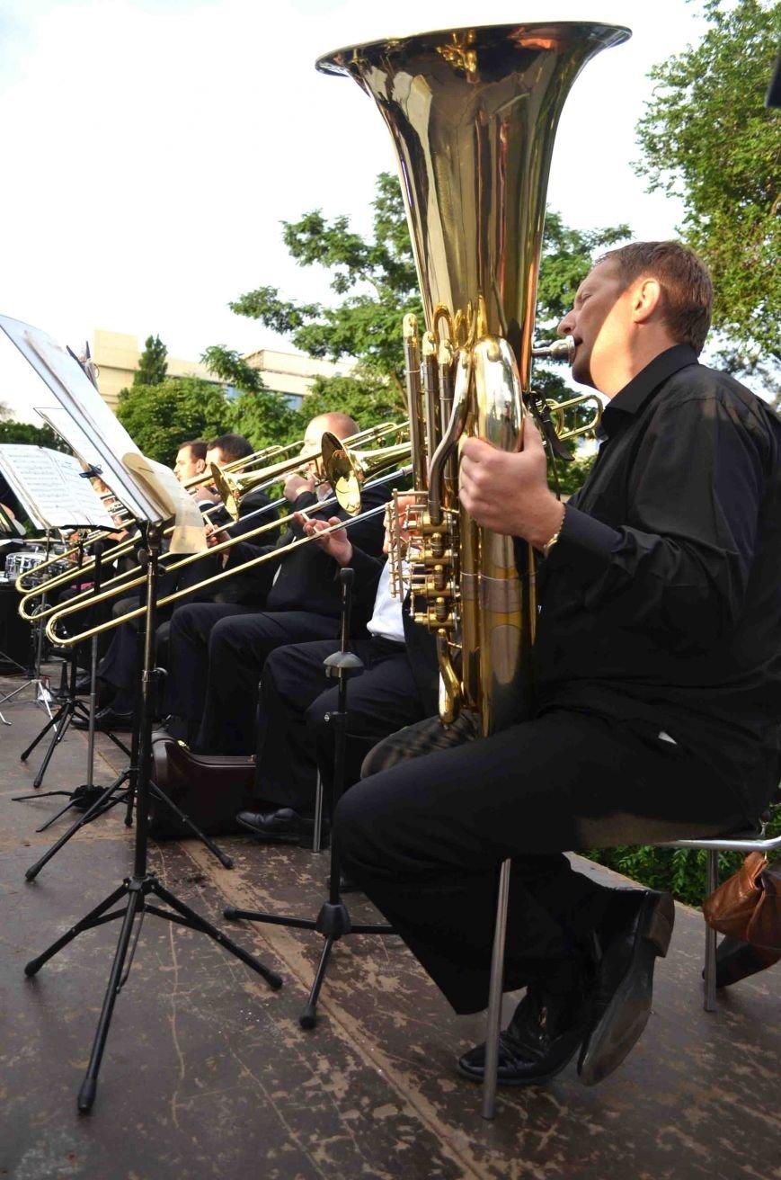 В Запорожье ко Дню Конституции под открытым небом выступил симфонический оркестр (ФОТО), фото-19