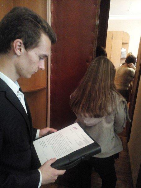 У здания администрации Симферополя прошел одиночный пикет: Активист требовал оборудовать пешеходный переход у корпуса КФУ (ФОТО) (фото) - фото 2