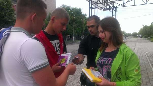 Патриоты Димитрова провели акцию «Твоя гумова броня» (фото) - фото 2
