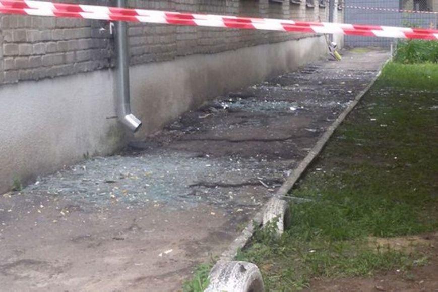 На Алексеевке под общежитием прогремел взрыв: под зданием воронка, а в окнах вылетели стекла, фото-2
