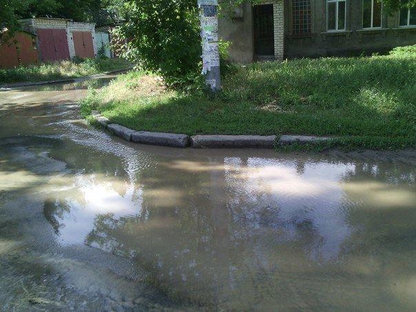 В Николаеве люди с ведрами выстроились в очередь за водой (ФОТОРЕПОРТАЖ) (фото) - фото 13