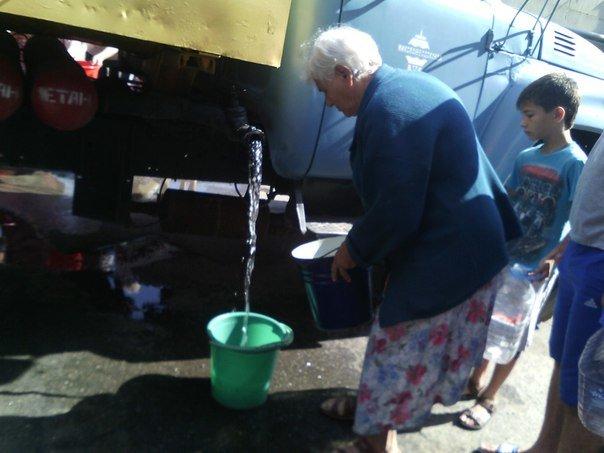 В Николаеве люди с ведрами выстроились в очередь за водой (ФОТОРЕПОРТАЖ) (фото) - фото 3