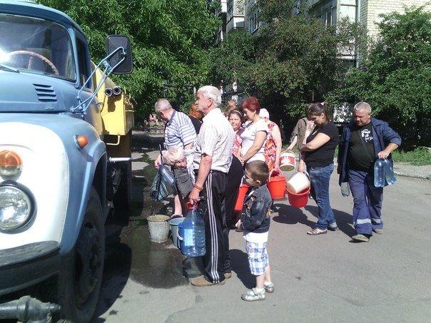 В Николаеве люди с ведрами выстроились в очередь за водой (ФОТОРЕПОРТАЖ) (фото) - фото 1