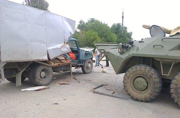 В Крыму БТР протаранил грузовик, не пропустивший колонну военной техники (ФОТОФАКТ) (фото) - фото 1