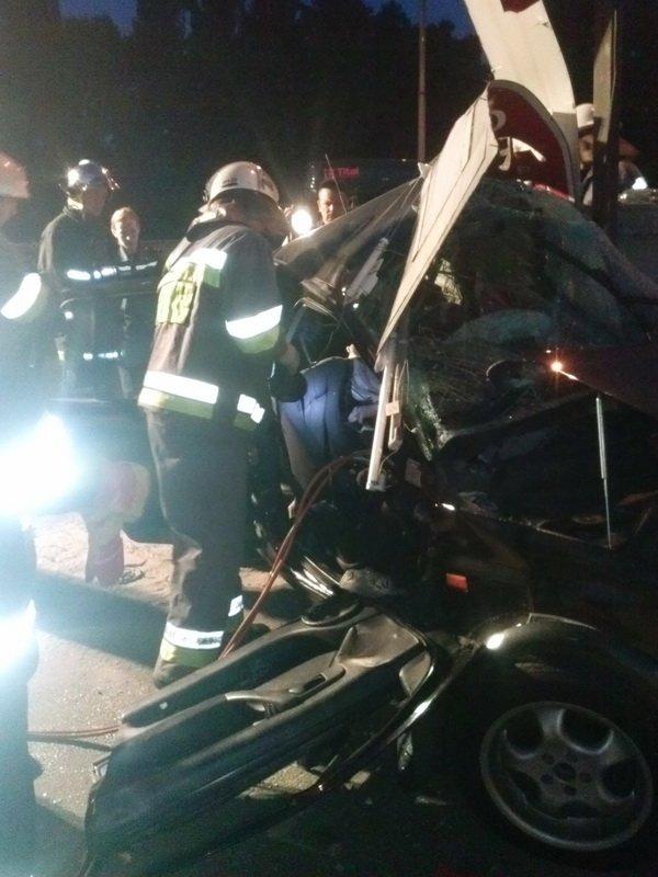 В Киеве Volkswagen Golf врезался в электроопору, водитель погиб (ФОТО) (фото) - фото 1