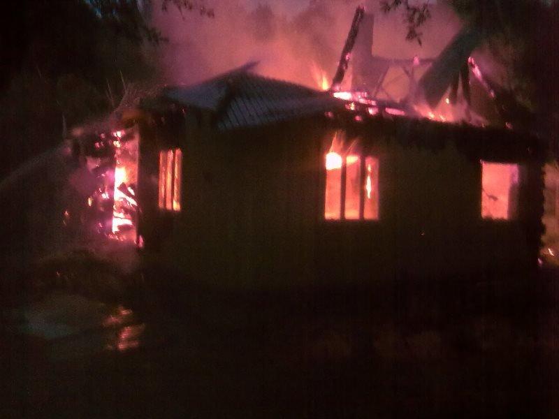 На Косівщині вогонь вщент знищив помешкання місцевої сім'ї. Загинуло двоє людей. Фото (фото) - фото 1