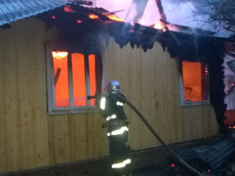 На Косівщині вогонь вщент знищив помешкання місцевої сім'ї. Загинуло двоє людей. Фото (фото) - фото 2