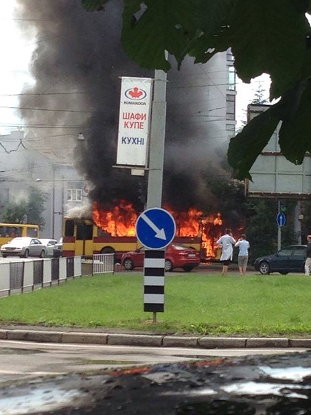 На вул. Кульпарківській горить тролейбус (фото) - фото 1