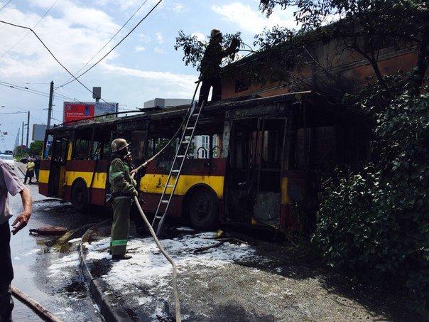 Причини пожежі, яка виникла у тролейбусі під час руху з'ясовують спеціалісти, - ДСНС (ФОТО) (фото) - фото 2