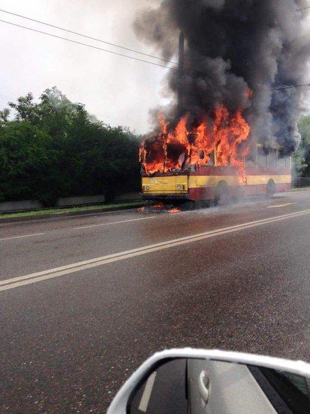 Причини пожежі, яка виникла у тролейбусі під час руху з'ясовують спеціалісти, - ДСНС (ФОТО) (фото) - фото 1