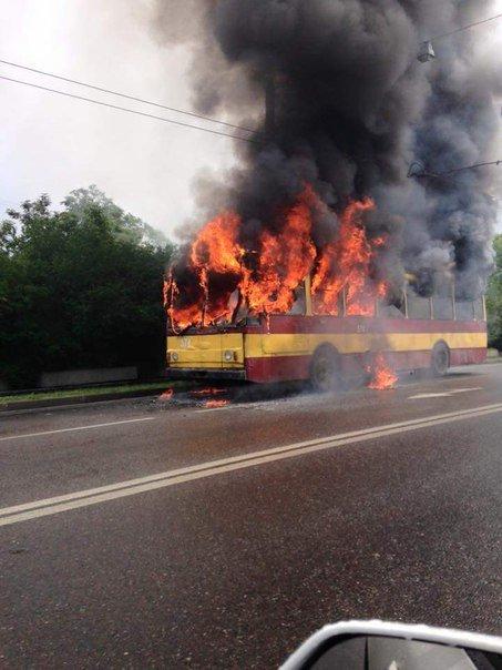 """У """"Львівелектротрансі"""" назвали причину загорання тролейбусу №2 (фото) - фото 1"""