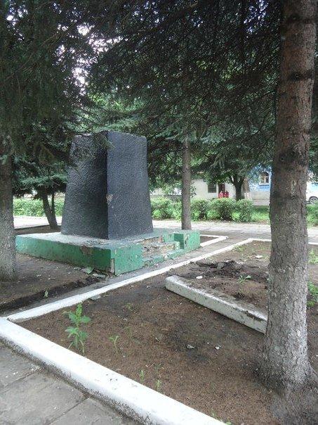 Декоммунизация или хулиганство? В городах Родинское и Белицкое снесли памятники Ленину (фото) - фото 1