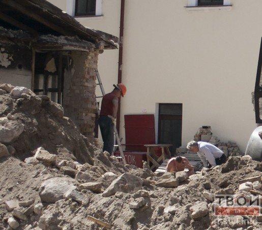 В Бригистком монастыре разрушили часть стены во время реконструкции (фото) - фото 4