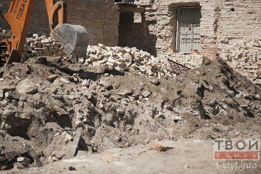 В Бригистком монастыре разрушили часть стены во время реконструкции (фото) - фото 3