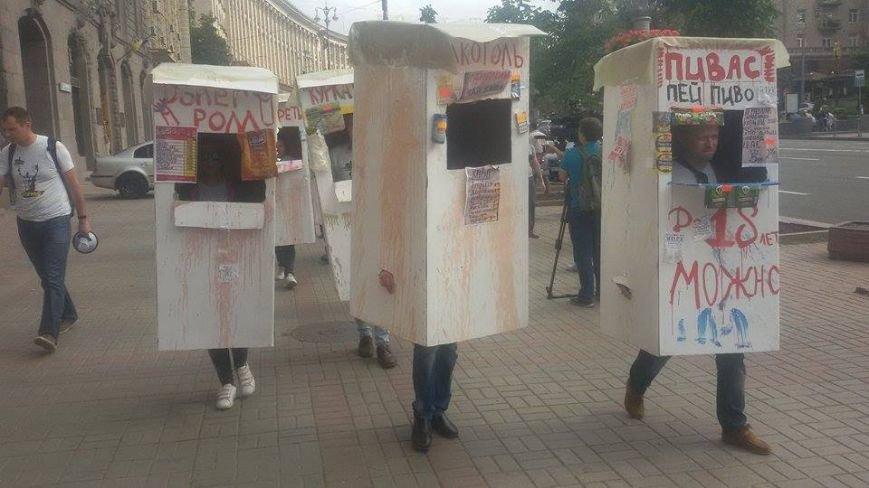 В Киеве на Крещатике активисты провели перфоманс анти-МАФ (ФОТО) (фото) - фото 1