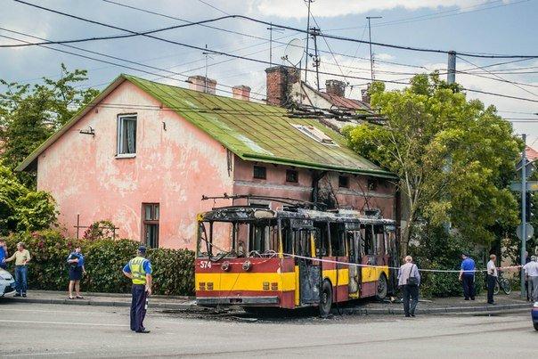 Як виглядає тролейбус, який курсує за маршрутом №2, після пожежі (ФОТО) (фото) - фото 1