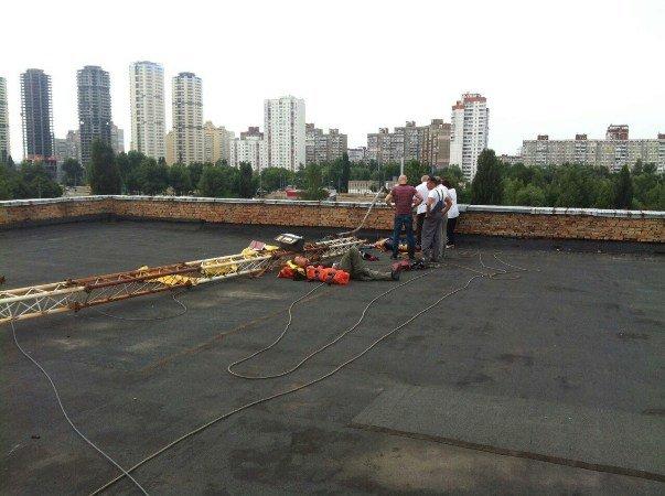 В Киеве трое рабочих упали с 10-метровой высоты (ФОТО) (фото) - фото 1