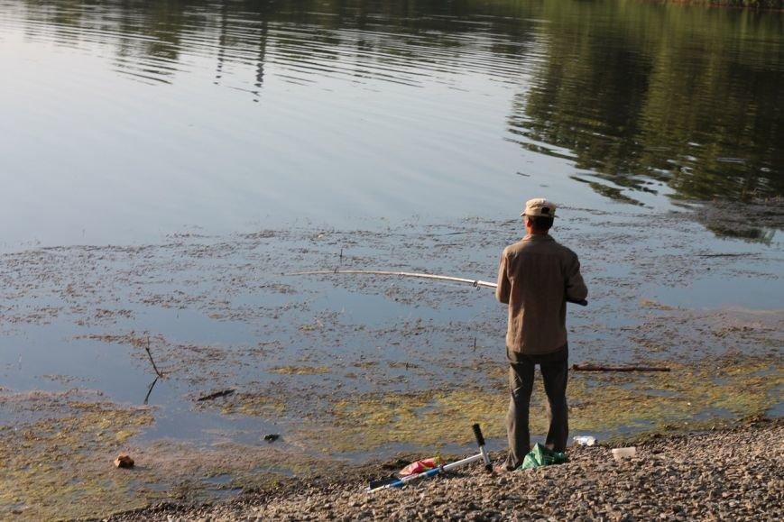 Криворожане купаются в городских водоемах несмотря на запрет Санэпидемслужбы (ФОТО) (фото) - фото 1
