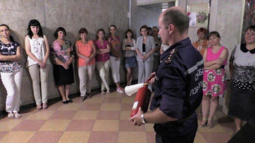 Буковинські рятувальники навчали  працівників пенсійного фонду правилам безпеки (ФОТО) (фото) - фото 2