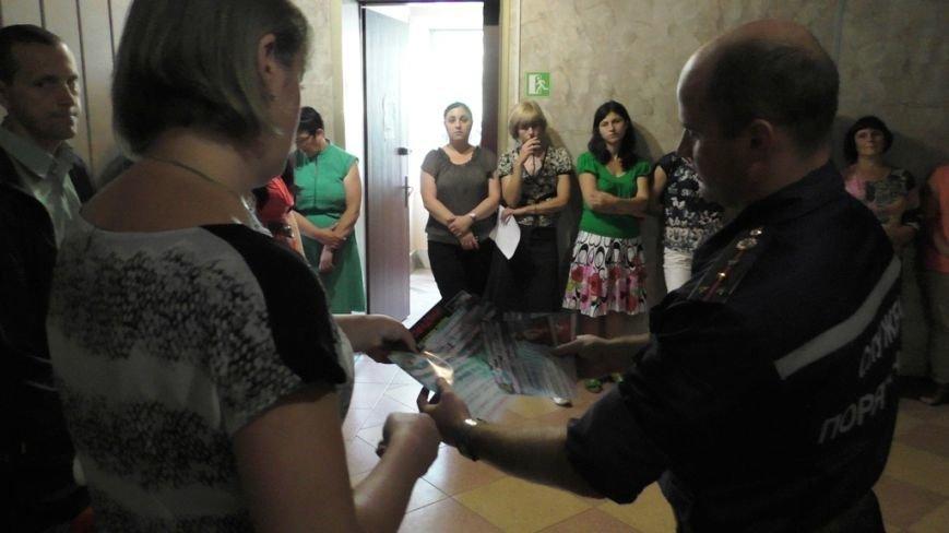 Буковинські рятувальники навчали  працівників пенсійного фонду правилам безпеки (ФОТО) (фото) - фото 1