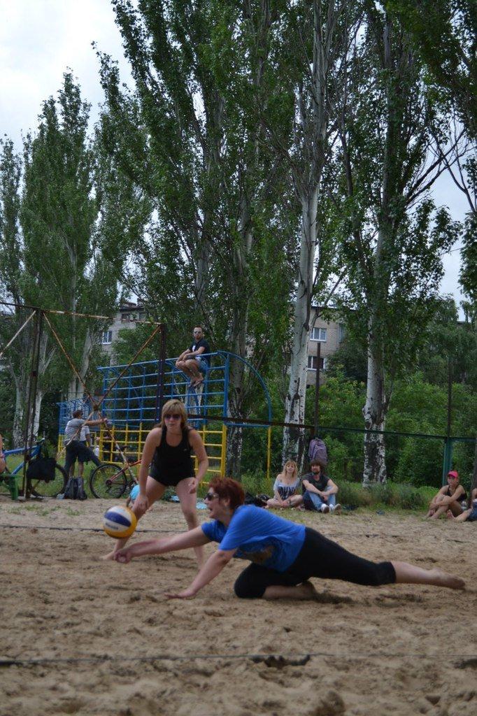Турнир по пляжному волейболу в Димитрове прошел весело и интересно (фото) - фото 4